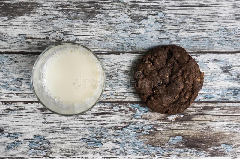 Koekjes en melk stock foto's