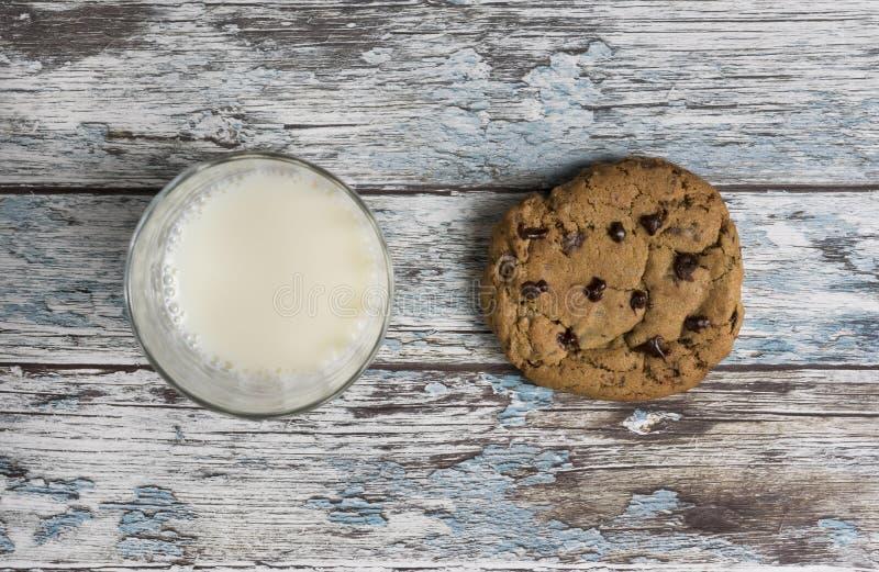 Koekjes en melk stock fotografie