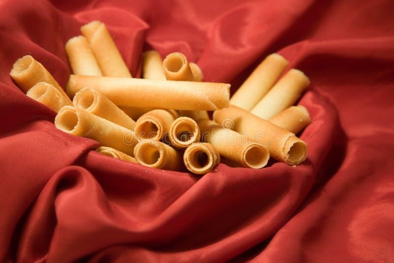 Koekjes en rode zijde royalty-vrije stock afbeeldingen