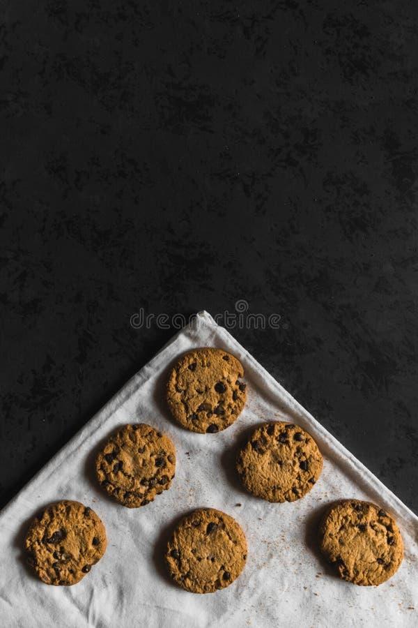 Koekjes met chocoladeschepen op een donkere achtergrond royalty-vrije stock foto's