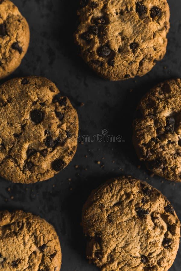 Koekjes met chocoladeschepen op een donkere achtergrond stock foto's