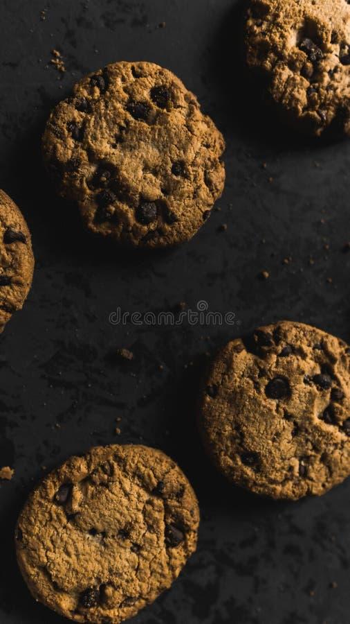 Koekjes met chocoladeschepen op een donkere achtergrond royalty-vrije stock foto