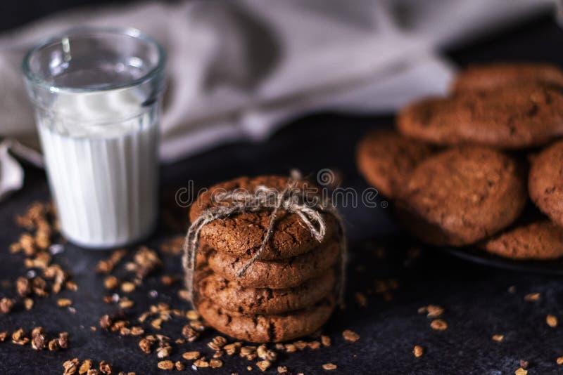 Koekjes met een glas melk royalty-vrije stock afbeelding