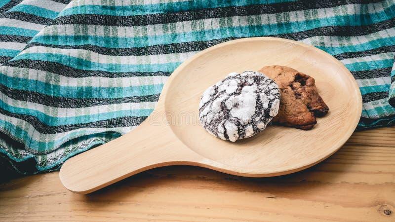 Koekjes op een houten pan en blauwe doek stock fotografie