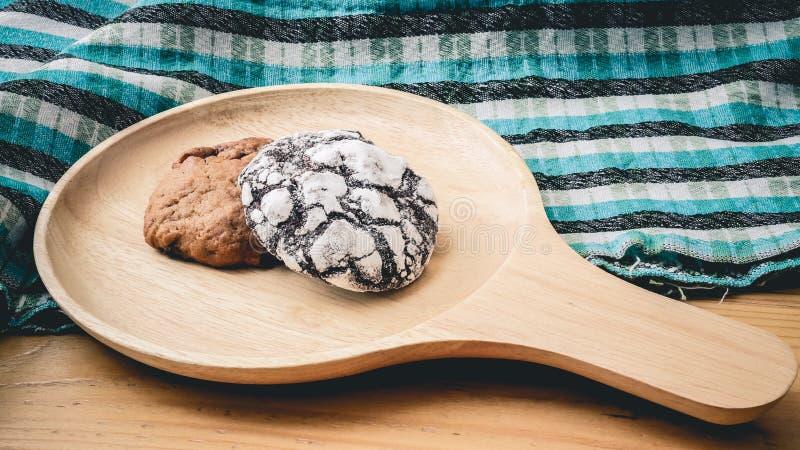 Koekjes op een houten pan en blauwe doek royalty-vrije stock fotografie