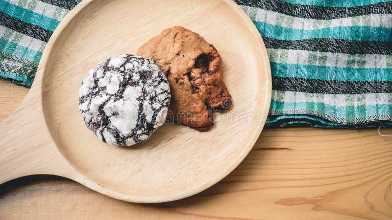 Koekjes op een houten pan en blauwe doek stock foto's