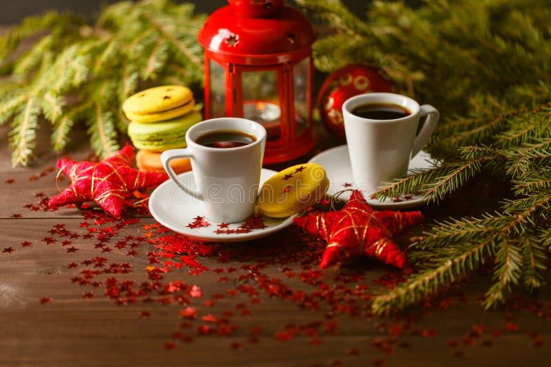Koekjes van bladerdeeg met jam op de achtergrond van Kerstmis royalty-vrije stock afbeeldingen