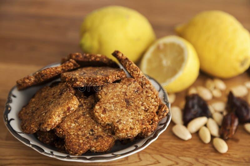 Koekjes van de gluten de vrije gember met amandelen en data stock foto's