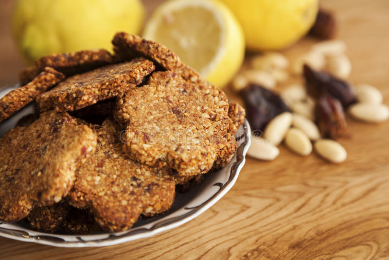 Koekjes van de gluten de vrije gember met amandelen en data stock foto