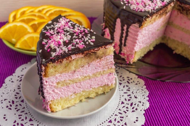 Koekjescake met fruitsoufflé, met chocolade wordt verfraaid die royalty-vrije stock afbeelding