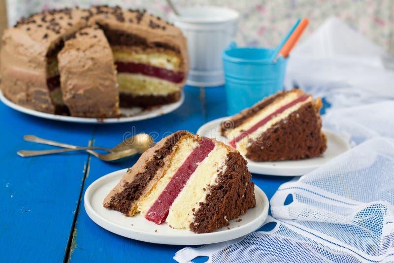Koekjescake met vanille en van de van de chocoladeroom en kers gelei royalty-vrije stock foto's