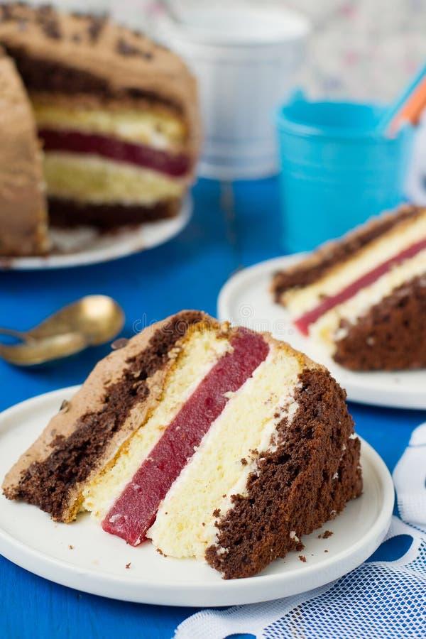Koekjescake met vanille en van de van de chocoladeroom en kers gelei stock foto
