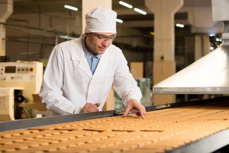 Koekjesfabriek het maken stock foto's