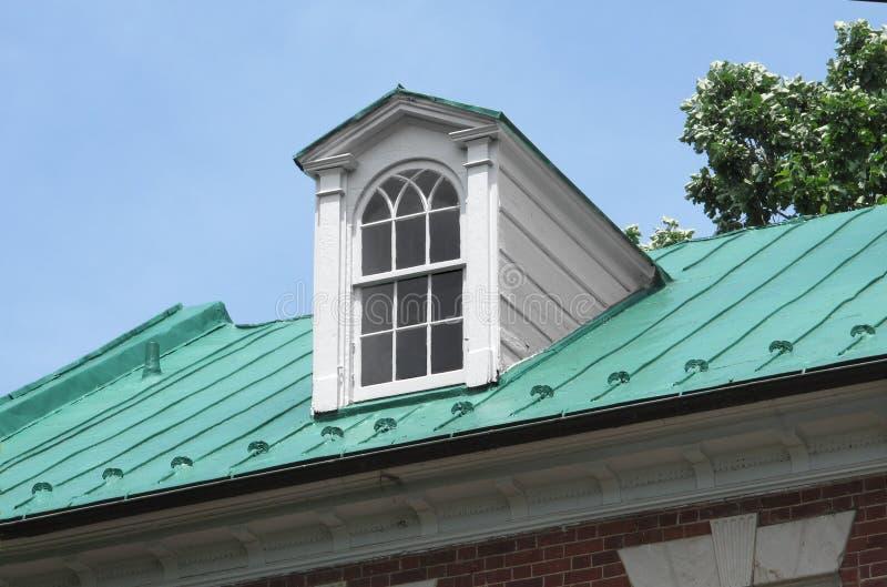 Koekoek op dak royalty-vrije stock fotografie