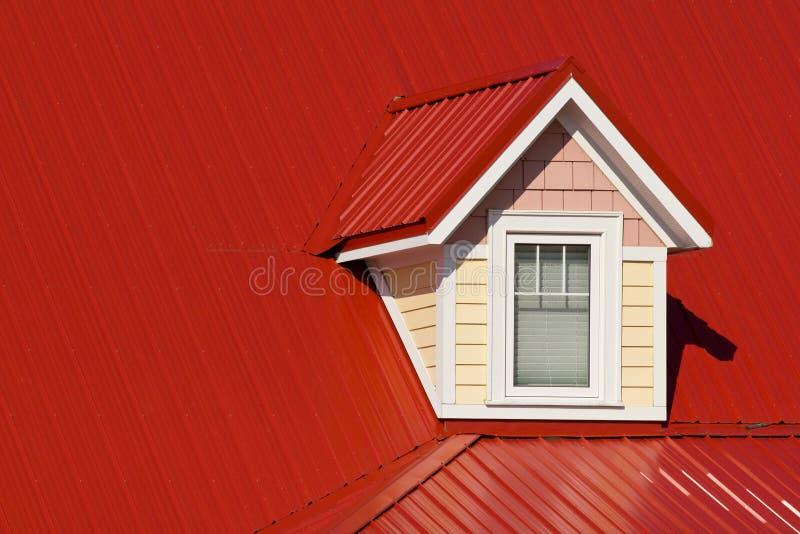 Koekoek op rood dak stock foto