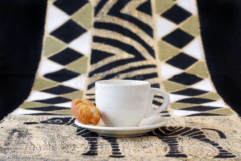 Koeksisters, παραδοσιακά νοτιοαφρικανικά τηγανισμένα μπισκότα με το φλυτζάνι καφέ στοκ εικόνες