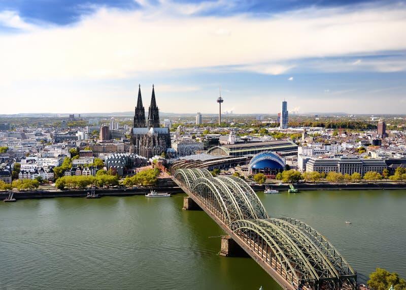 Koel顶视图  在科隆主教座堂和霍亨索伦桥梁的看法在Koel,德国 免版税图库摄影