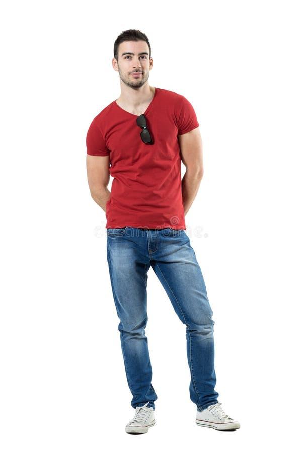 Koel de ontspannen jonge toevallige die mens met zonnebril op overhemdskraag wordt vastgehaakt stock afbeelding