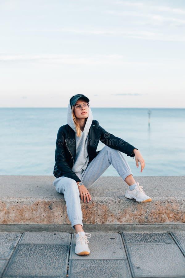 Koel en heup hipster jonge vrouw in bovenkledij stock foto's