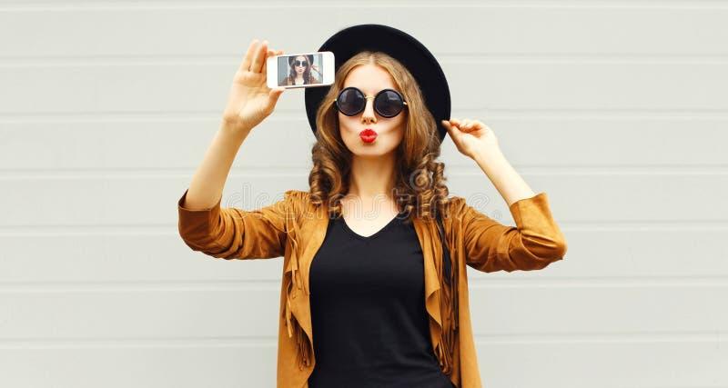 Koel het beeld zelf-portret van de meisjes model nemend foto op smartphone stock afbeelding