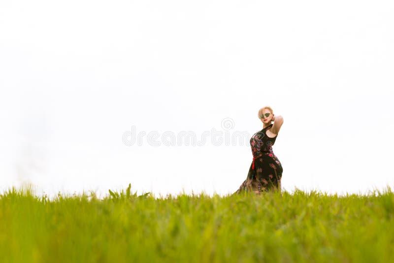 Koel het modieuze vrouw stellen in de wind die kleding en elft dragen royalty-vrije stock foto's