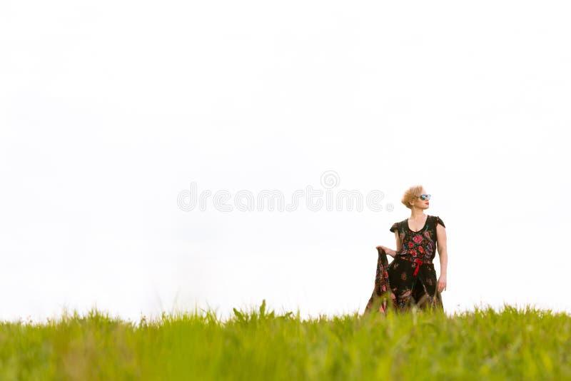 Koel het modieuze vrouw stellen in de wind die kleding en elft dragen royalty-vrije stock fotografie