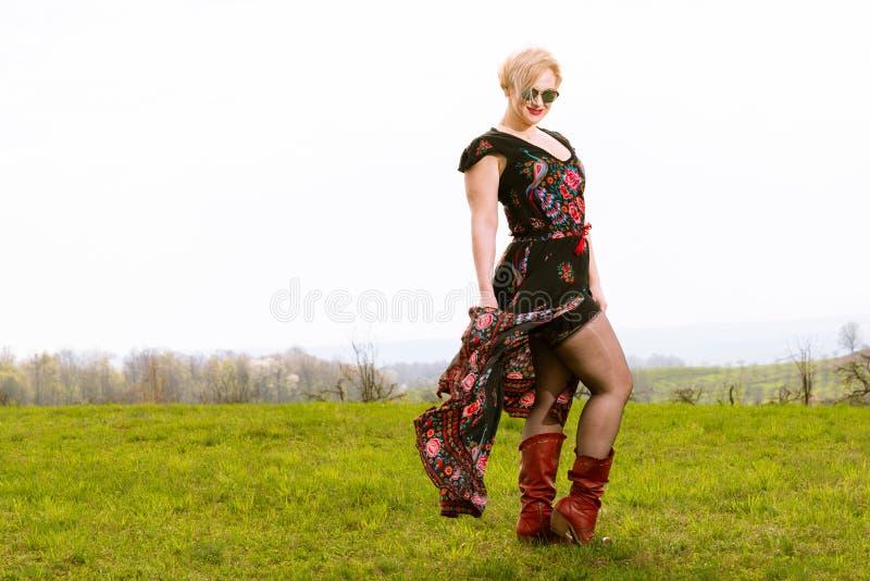 Koel het modieuze vrouw stellen in de wind die kleding en elft dragen royalty-vrije stock foto