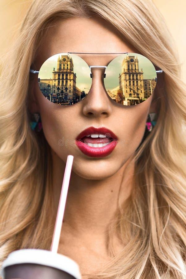 Koel hipster meisje die eyewear glazen dragen Gelukkig glimlachen royalty-vrije stock foto
