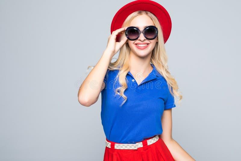 Koel hipster studentenvrouw die eyewear glazen in kleurenkleren dragen Kaukasische vrouwelijke universitaire student die camerasm royalty-vrije stock foto's