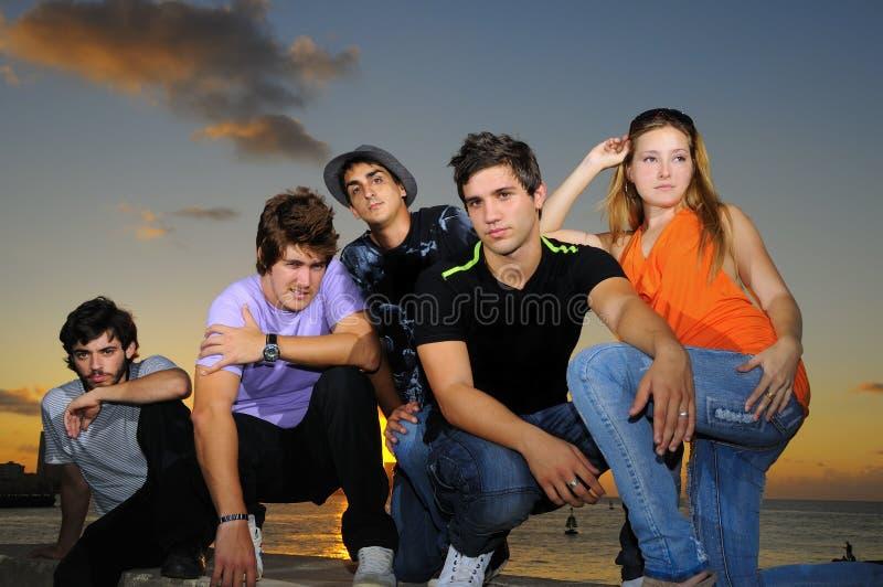Koel jong team dat in openlucht stelt royalty-vrije stock foto