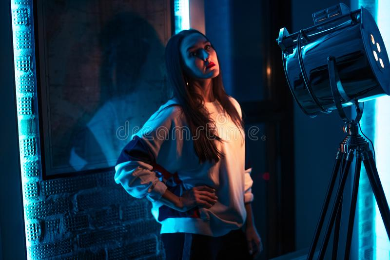 Koel meisje met lang zwart recht haar in de studio stock foto