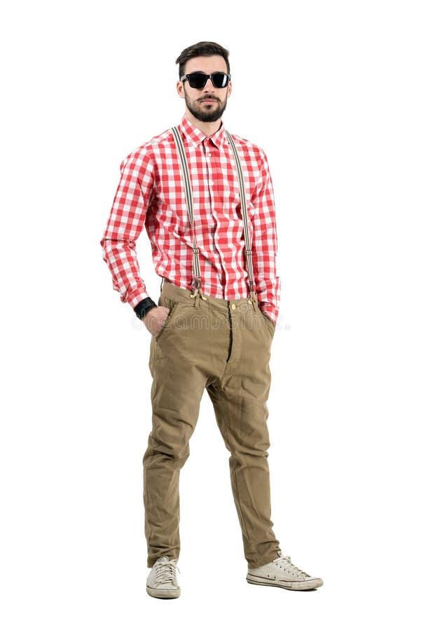 Koel ontspannen jonge hipster met zonnebril bekijkend camera stock afbeelding