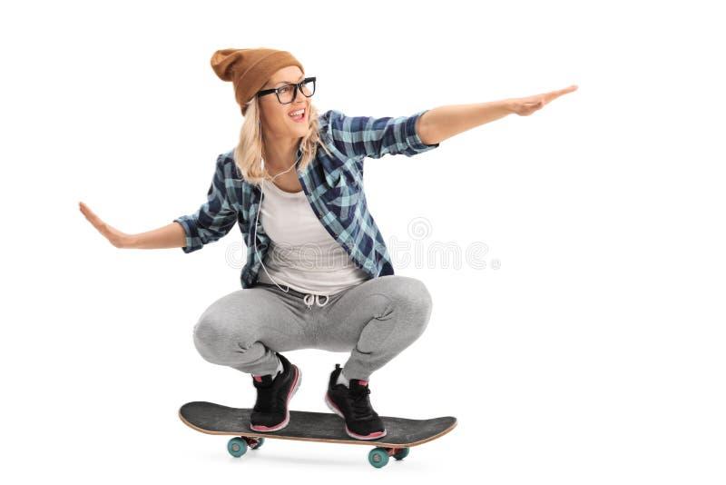Koel schaatsermeisje die een skateboard berijden royalty-vrije stock fotografie