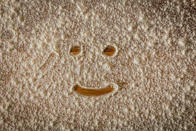 Koel schot van een het glimlachen gezicht met bloem op parketvloer stock foto