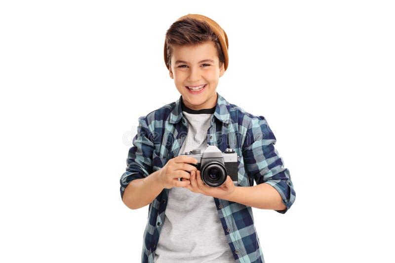 Koel weinig jongen die een camera houden stock afbeeldingen
