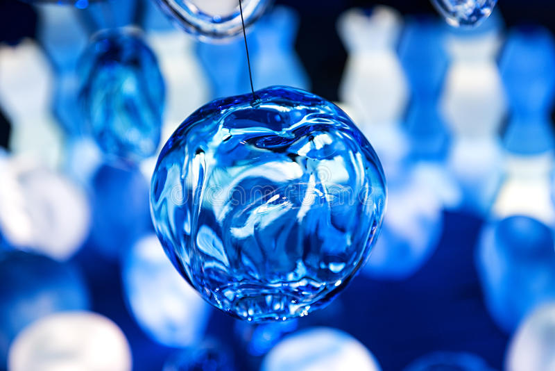 Koele blauwe glasbal met vouwen royalty-vrije stock fotografie