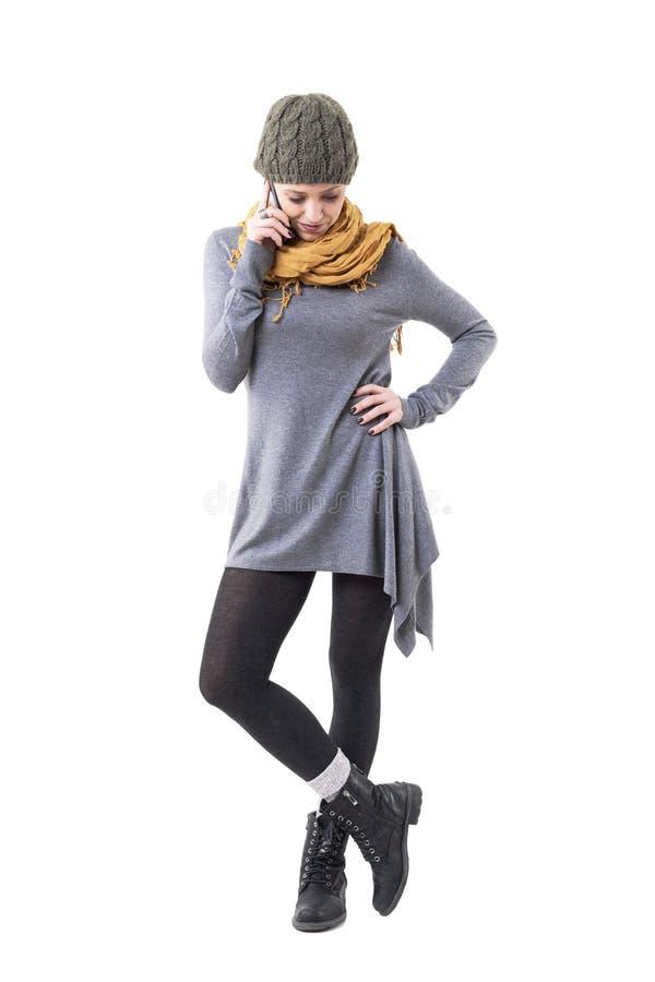 Koele gelukkige unieke stijl modieuze vrouw GLB dragen en sjaal die op telefoon spreken die neer eruit zien royalty-vrije stock foto's