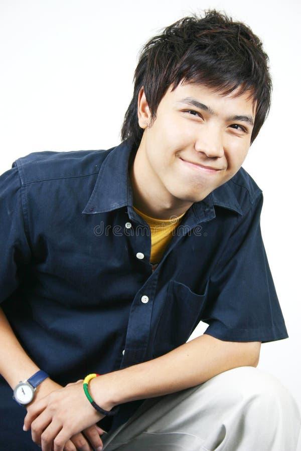 Koele jonge Aziatische kerel royalty-vrije stock afbeelding
