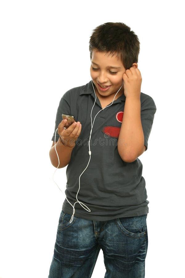 Koele jongen het luisteren muziek met royalty-vrije stock afbeelding
