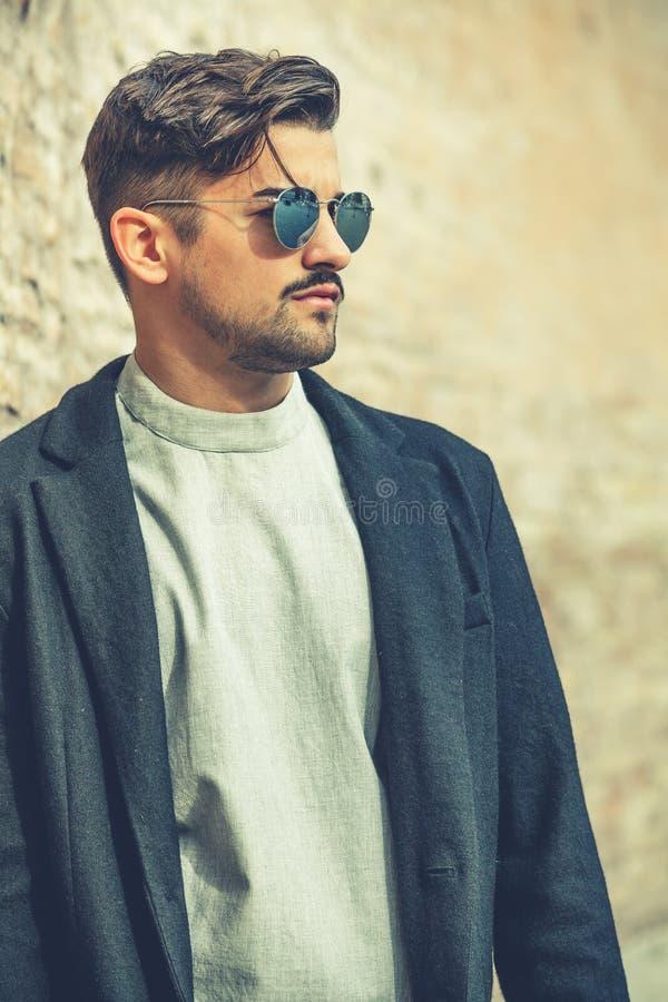 Koele knappe manier jonge mens Modieuze mens met zonnebril royalty-vrije stock afbeelding