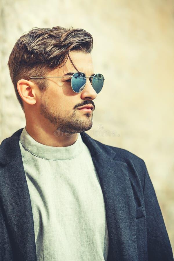 Koele knappe manier jonge mens Modieuze mens met zonnebril stock afbeeldingen