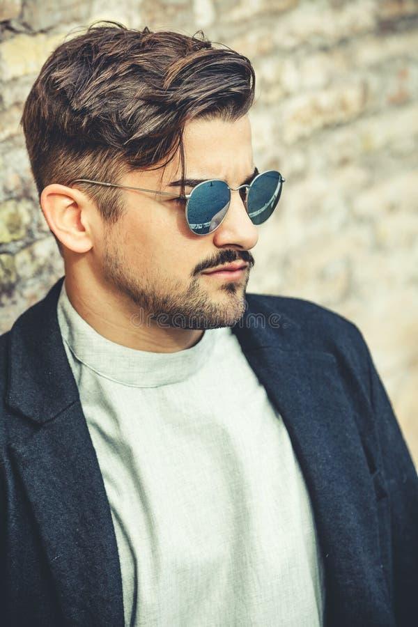 Koele knappe manier jonge mens Modieuze mens met zonnebril royalty-vrije stock foto