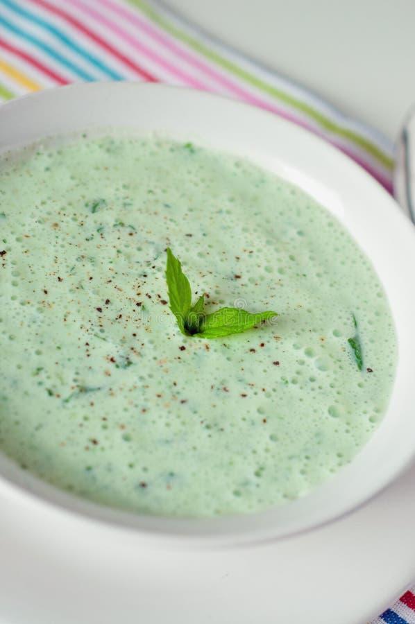 Koele komkommer en yoghurtsoep stock afbeelding