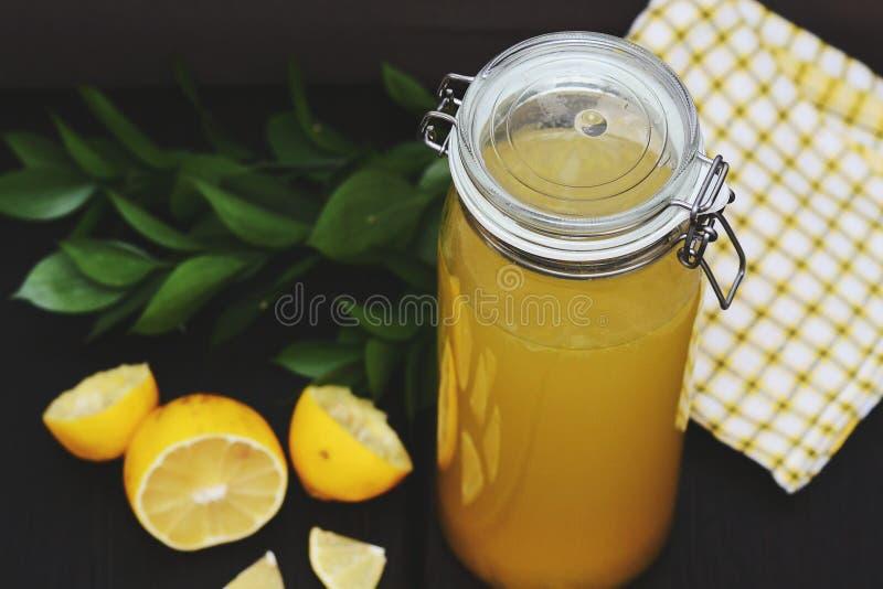 Koele limonade met citroen royalty-vrije stock afbeeldingen