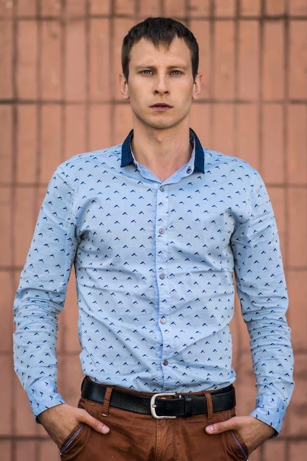 Koele maniermens in blauw en overhemd die zich weg bevinden eruit zien royalty-vrije stock foto's