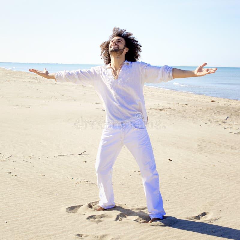 Koele mens die geluk op het strandconcept tonen vrijheid royalty-vrije stock afbeelding