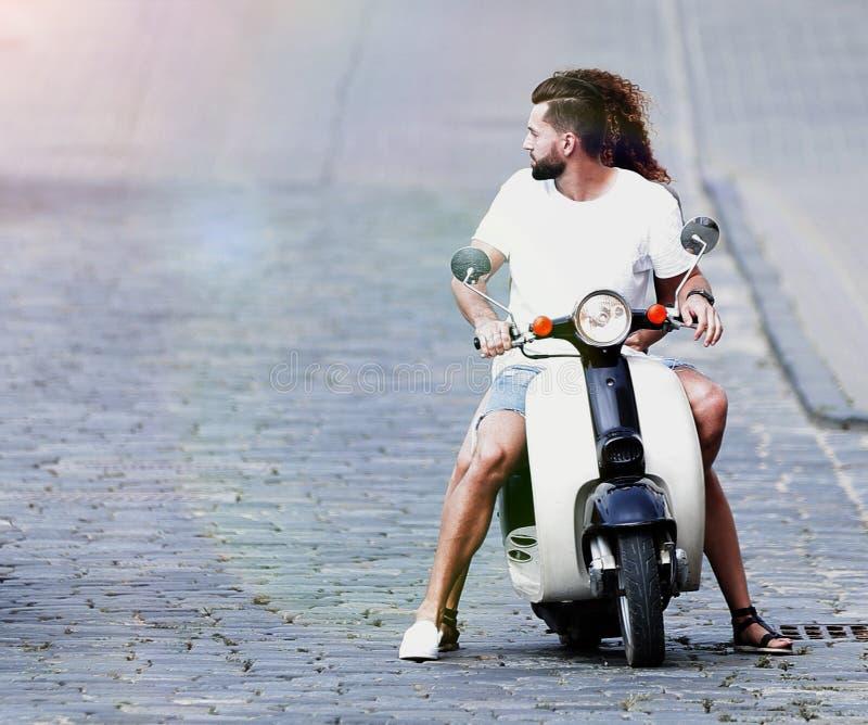 Koele mens en mooi meisje die op autoped met uitdrukking berijden royalty-vrije stock foto's