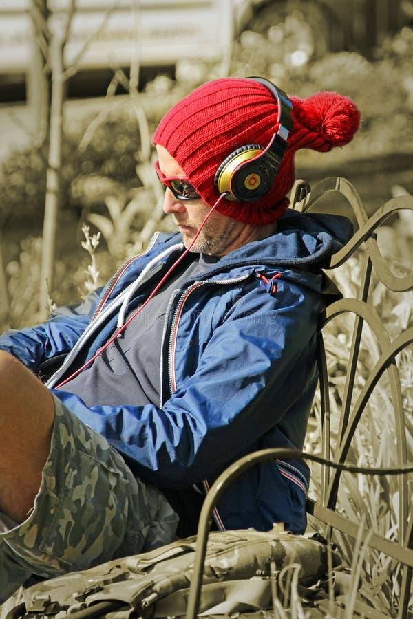 koele muziekmens die hoofdtelefoons dragen royalty-vrije stock fotografie