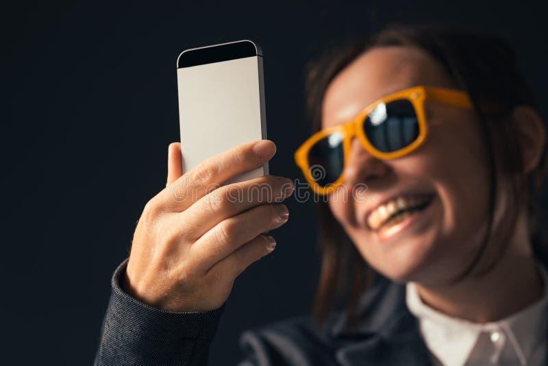 Koele onderneemster die selfie fotoportret met smartphone maken stock foto's