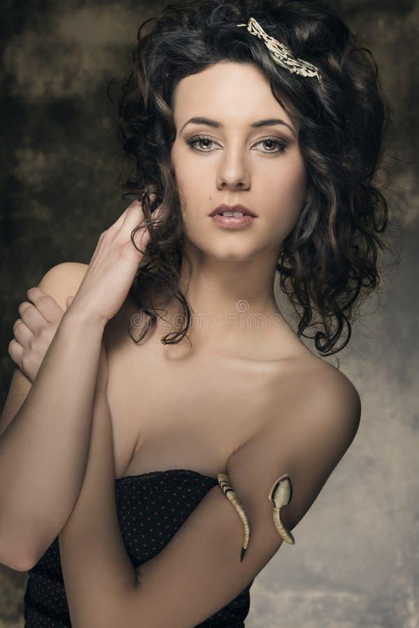 Koele sensuele donkerbruine vrouw royalty-vrije stock afbeelding